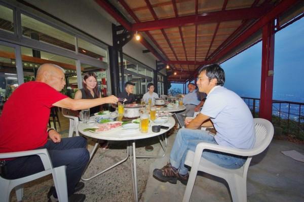 屋島の上で夕食=写真提供・Lapisさん