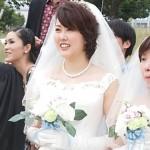 2015年10月10日「レインボーフェスタ!2015」にて 平等結婚式を終えた二人と牧師さま=撮影・松中みどり