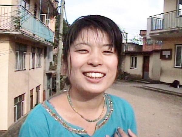 ネパールでインタビューを受ける佐野由美さん・1998年10月=映画『with…若き女性美術作家の生涯』より