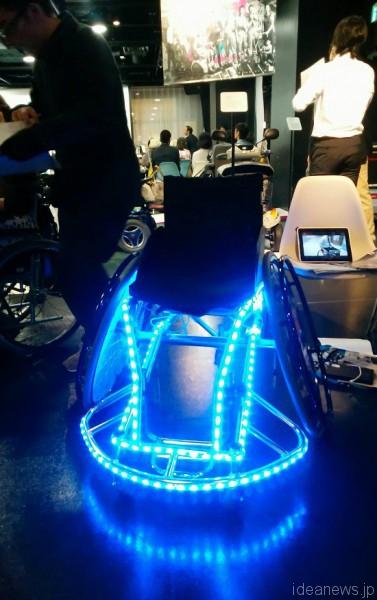 「超福祉展」で展示された車椅子DJ 早く走ると音楽が早まり、ゆっくり動かすと音楽もゆっくりに=撮影:松中みどり