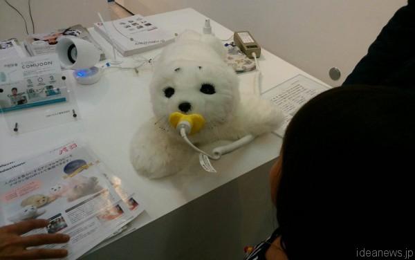 「超福祉展」で展示されたセラピー用アザラシ型ロボット「パロ」=撮影:松中みどり