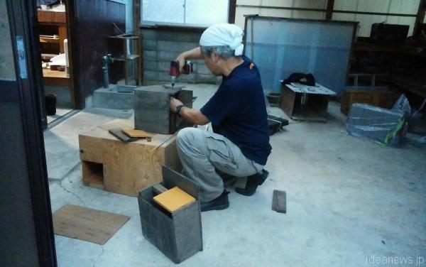 給餌箱を改造中の太田さん=撮影・松中みどり