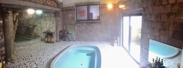 パノラマ撮影で写した男湯の内部。中央に大きな浴槽があり、左側に「岩窟風呂」がありました=2015年11月13日、撮影・橋本正人