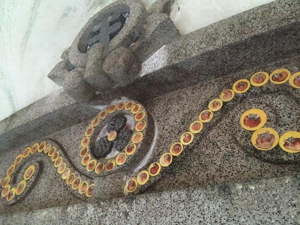 男湯の「岩窟風呂」上部の飾り。なんだかレトロです=2015年11月13日、撮影・橋本正人
