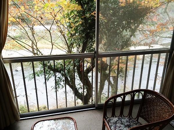 マルキ旅館の客室「杉の間」の窓から見た武庫川の風景=2015年11月13日、撮影・橋本正人