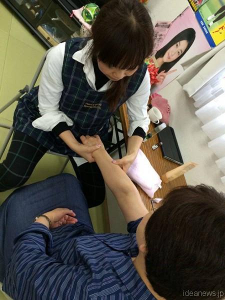 仮設住宅をお訪ねして、アロマハンドマッサージをしています=撮影・一緒に行った看護師さんの薮崎美紀さん