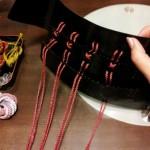 10. しころを三段ほど仮威し(仮では細めの丸紐です)して、紐の色を決めていきます。本番で平紐を使います。