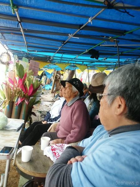 右から、都志子さん、文子さん、雨のテントの中で=撮影・松中みどり