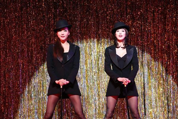 Takarazuka_CHICAGO_Yoka_Wao_(Velma)_and_Yuga_Yamato_(Roxie)=Photo by Maiko Miyagawa and Nobuhiko Hikiji