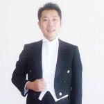 「黒燕尾」を着た濱恵介さん=写真提供・濱恵介さん