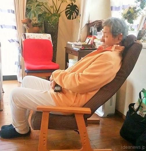 「ピントチェア-リビング-」に座るお父さん。奥に見えるのが普通の椅子に置かれたP!nto=撮影・松中みどり