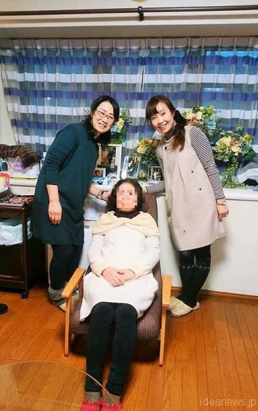 開発した野村寿子さん(左)と筆者。すっぽりとチェアに座っているお母さんです=撮影・松中みどり