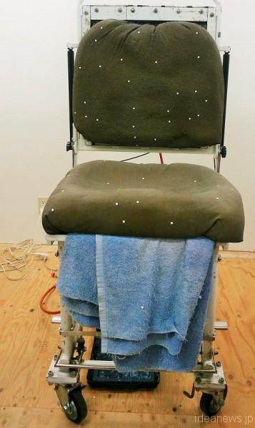 この椅子型の上に座って採型をします=撮影・松中みどり