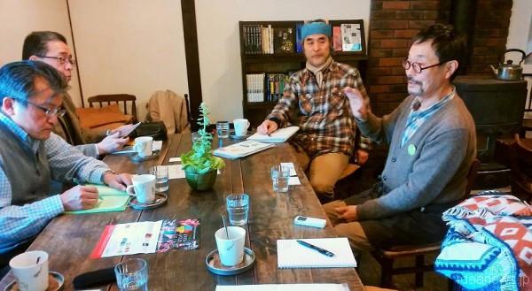 右奥が、スタディツアーの引率関久雄さん、右手前がカフェオーナーの丹治博志さん=撮影・松中みどり