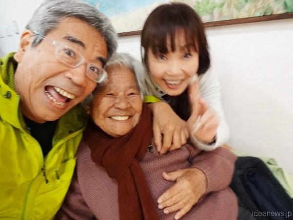 愛楽園での観劇後(左から成田正雄さん、島袋文子さん、筆者)=成田さんのFacebookページより