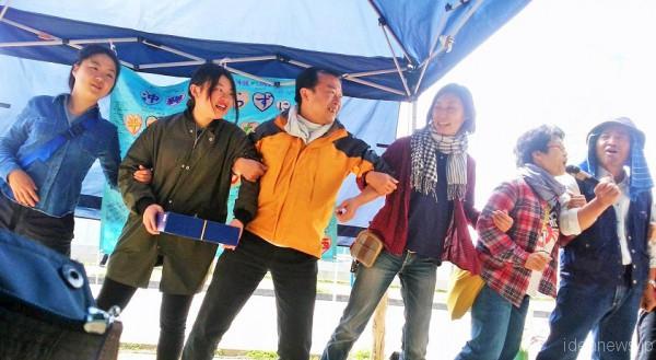 沖縄での3公演を無事に終えたきがんさんと仲間のみなさん(辺野古ゲート前にて)=撮影・松中みどり