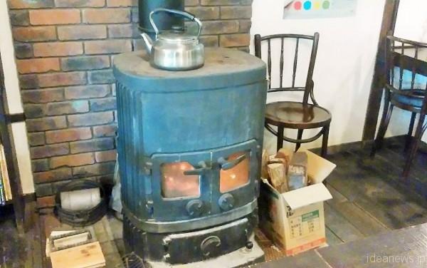 薪のストーブが暖かい雰囲気です=撮影・松中みどり