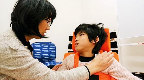 野村さんとレノアちゃんはすっかり仲良し=撮影・松中みどり