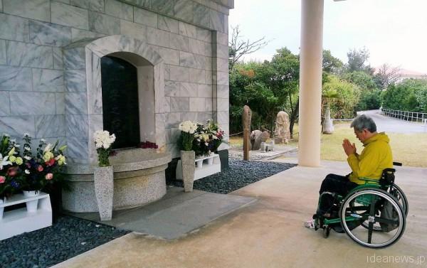 沖縄愛楽園の納骨堂で祈りを捧げる成田正雄さん=撮影・松中みどり
