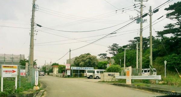 国立療養所「沖縄愛楽園」正門前=撮影・松中みどり
