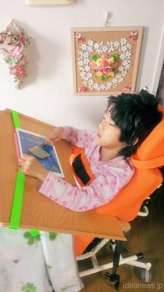 iPadも上手に使えているレノアちゃん=撮影・古池敦子さん
