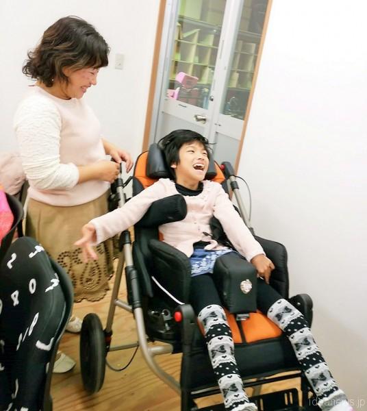 製品完成のため、PASを再訪したレノアちゃんとお母さんの敦子さん=撮影・松中みどり