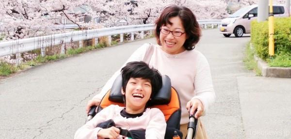 2016年4月6日、満開の桜がレノアちゃんとお母さんの敦子さんのこれからを祝福していました=撮影・松中みどり