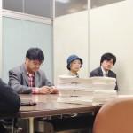 署名提出について説明する、左から近藤昭一議員、高木博史さん、小川幸子さん、阪上武さんと、内閣府の担当者(右端)=写真提供・FoE Japan