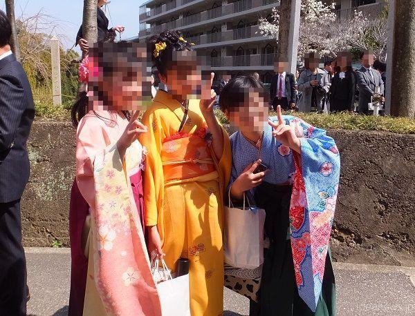 卒業式後、小学校の前にて=撮影・きたあつこ