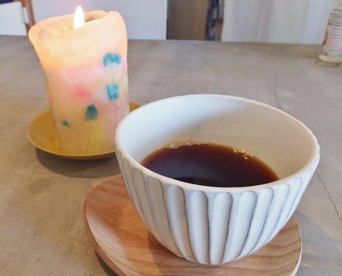 カフェteracoで心月コーヒー(500円)を頂きました。優しい灯のロウソクと=撮影・きたあつこ