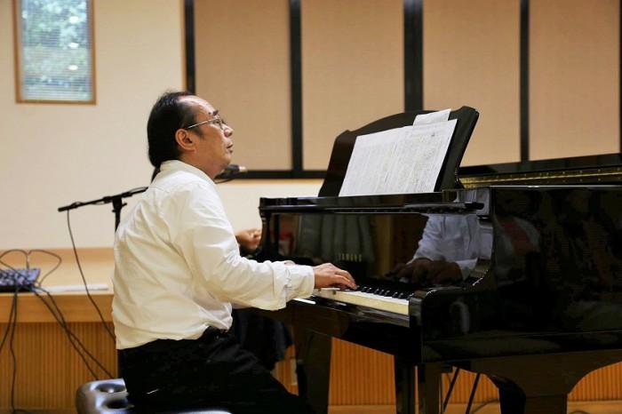 松本さんのピアノは読まれる言葉に寄り添いながら、美しい音で聞いている人の心にも寄り添います=写真提供・星野ゆかさん