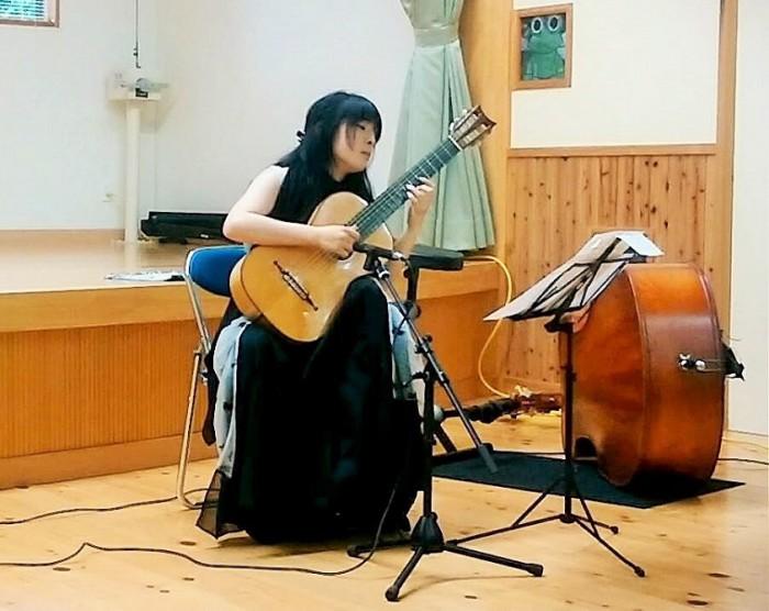 バッハの「シャコンヌ」を演奏する山下紅弓さん=撮影・松中みどり