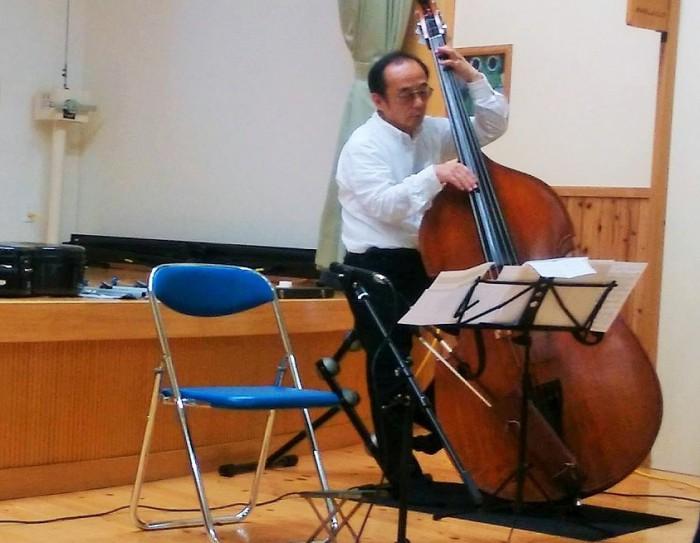 五弦コントラバスを演奏する松本洋一さん=撮影・松中みどり