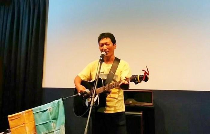 きがんさんの友人でチェジュから来られたシンガーソングライター、サンドンさん=撮影・松中みどり