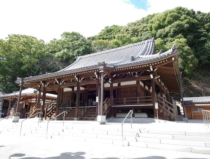 本堂は、慶長7年(1602)に豊臣秀頼が再建し、内陣の宮殿は応安元年(1368)の建造で重要文化財=撮影・狸爺