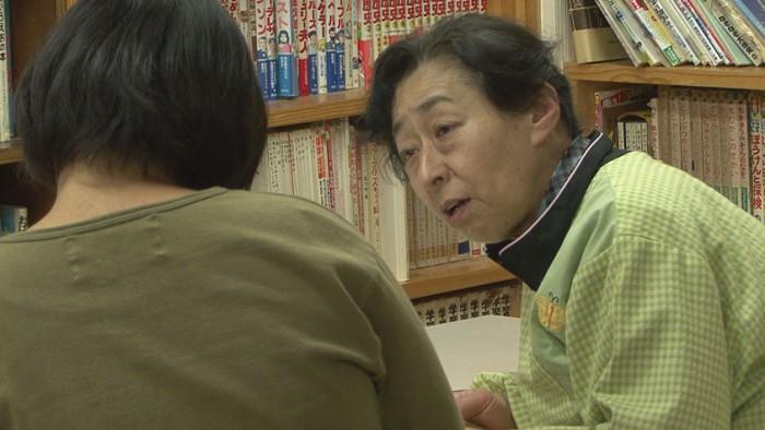 映画「さとにきたらええやん」より こどもの里館長荘保さん(右)