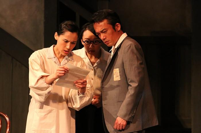 『紙屋町さくらホテル』公演より(左から伊勢佳世、松岡依都美、高橋和也)=撮影・田中亜紀