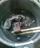 3.煮詰めて色が入ったら、干して乾燥させます。=撮影・Lapis