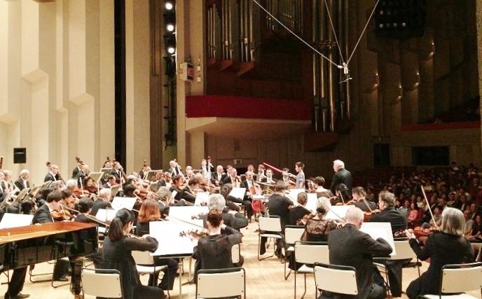 NHKホールで開かれた「グレイテスト・ヒッツ: J.ウィリアムズの映画音楽」で「ライトセイバー」で指揮する子どもら=写真提供・KAJIMOTO