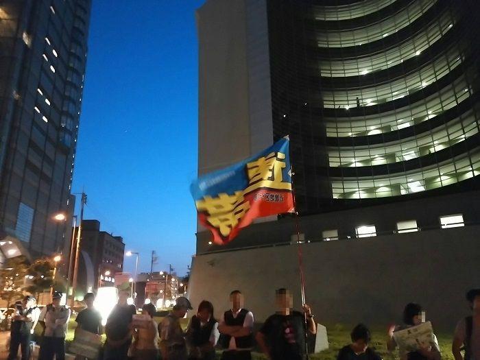 「大阪府警は機動隊を高江に送るな」と抗議する人たち=2016年7月19日大阪府警本部前で、撮影・松中みどり