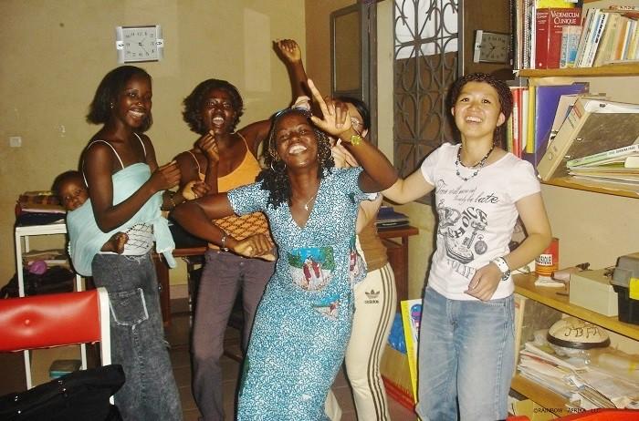 ブルキナファソを訪れた時の青木梨花さん(右端)=写真提供・合同会社 RAINBOW AFRIKA