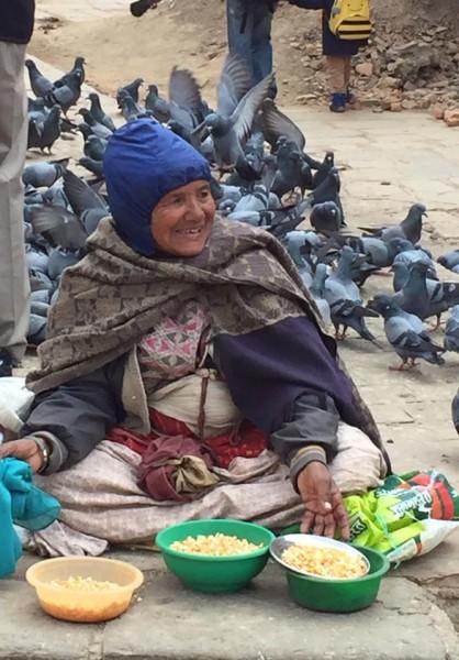 かっこちゃんのネパール旅日記より「鳩の餌を売っているおばあちゃん」