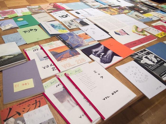 見本誌コーナーに並べられた詩誌。これらは自由に読むことができます=撮影・添嶋譲