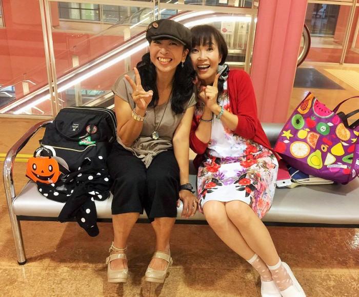 2016年9月23日 トークが終わってホッとひといきの城間真弓さん(写真左)と筆者=撮影・白井宏明さん