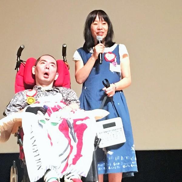 宮ぷーが文章をつづったレッツチャットの説明をするかっこちゃん=撮影・岩崎靖子さん