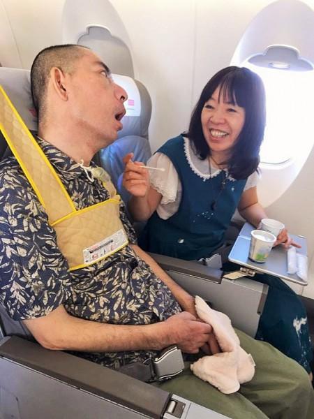 脳幹出血で倒れてから7年半、初めて飛行機に乗って移動することが出来た宮ぷー=撮影・岩崎靖子さん
