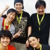 ぽこぽこクラブ集合写真:上段左から高橋さん・三上さん・渡辺さん/下段左から杉浦さん・坂本さん(おそろいの黄色いネックストラップは振付担当 下司尚美さんからのブラジル土産)=撮影・達花和月
