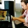 音楽室のピアノを演奏する西川悟平さん=撮影・松中みどり