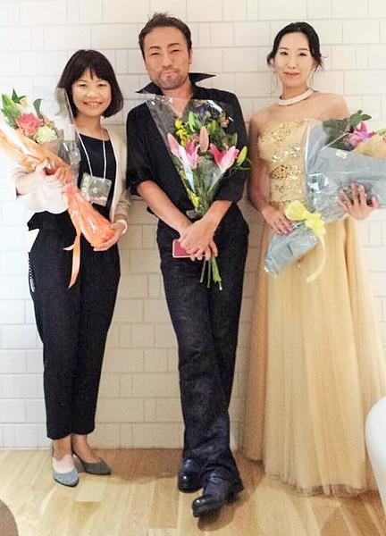 2016年10月3日のコンサート終了後、左から濱口賀代さん、西川悟平さん、ナムユカさん=濱口賀代さんのFBより