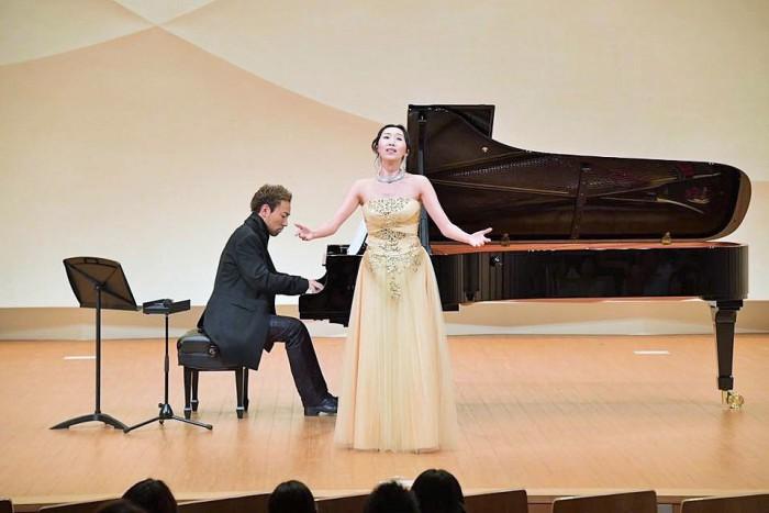 22016年10月3日のコンサートでゲストのナムユカさんと西川悟平さん=濱口賀代さんのFBより